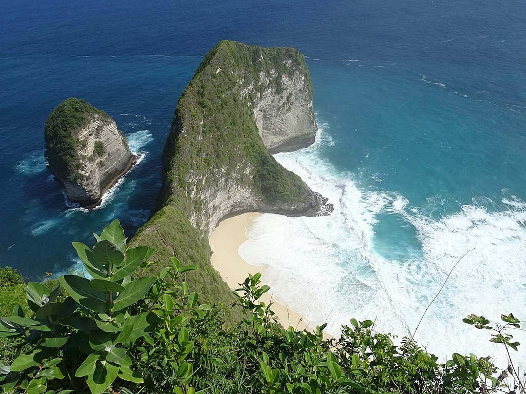 Temeling Cliff Nusa Penida - Best Things to do in Bali. Beautiful beaches, gorgeous fashion and cultural Ubud #bali #traveldestinations #bucketlist #wanderlust