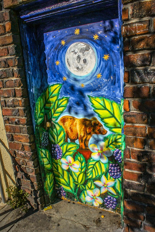 Street art in Balmy Alley. San Francisco is one of California's coolest travel destinations. The perfect San Francisco itinerary for your travels. What you must visit, the best places to stay and best things to do! #thediscoveriesof #USA #travel